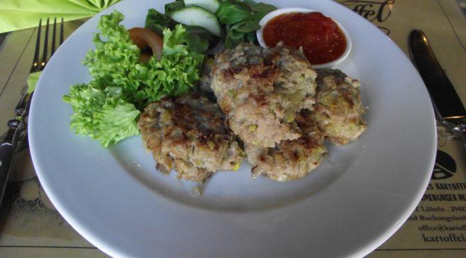 Kartoffel-Fleisch-Klöße in pikanter Sauce